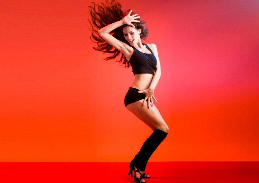 девушка в черном танцует