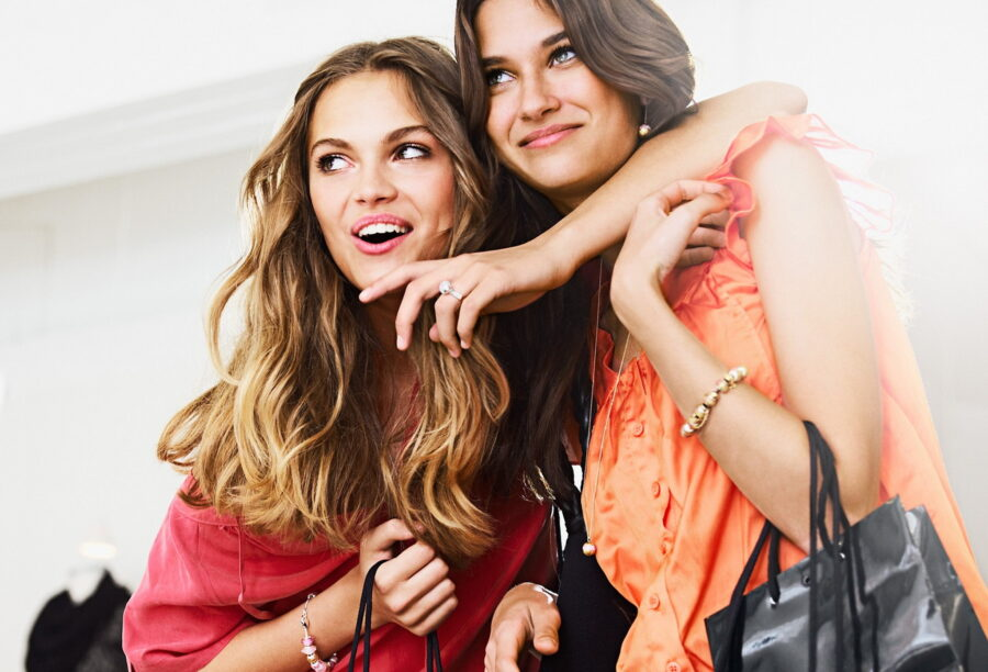 две подруги на шоппинге