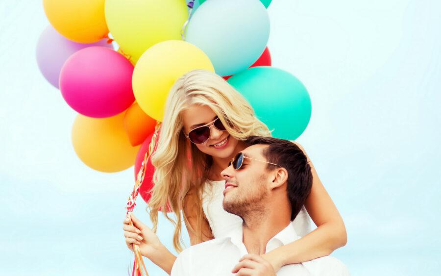 девушка и парень с шариками