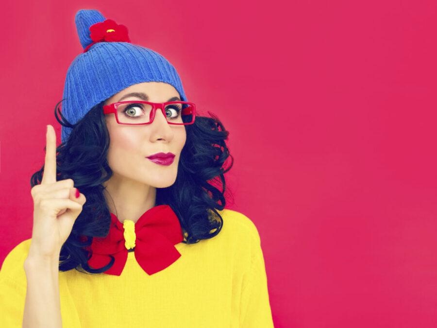 девушка в шапке показывает вверх