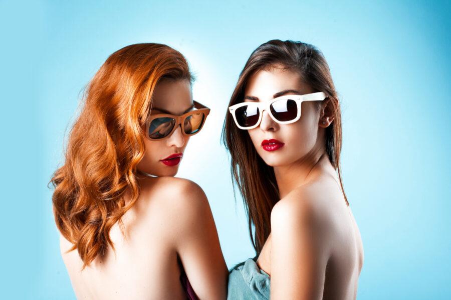 две девушки в солнцезащитных очках