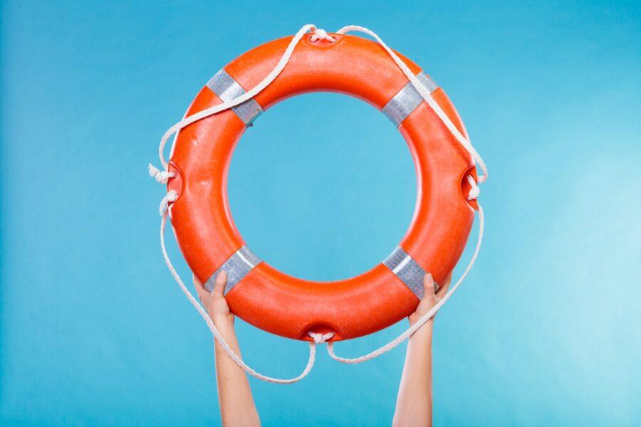 руки держат спасательный круг