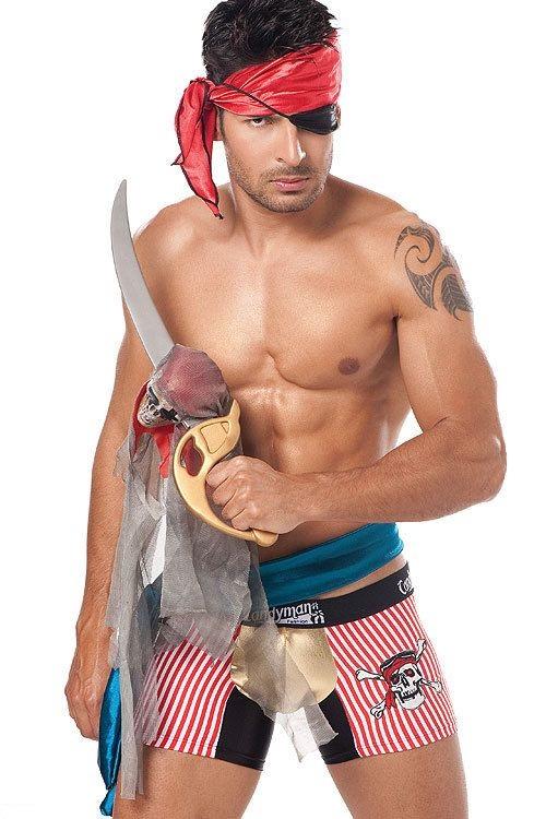 парень в костюме пирата