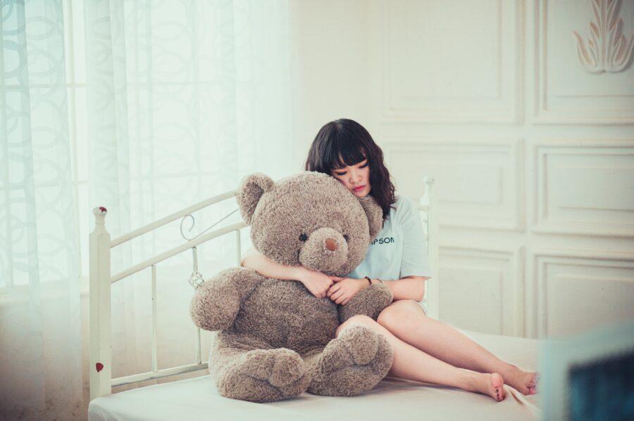 девушка обнимает мишку
