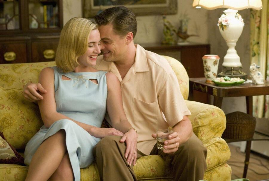 девушка и парень на диване