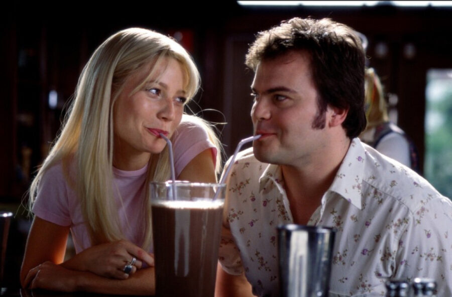 девушка и парень пьют коктейли