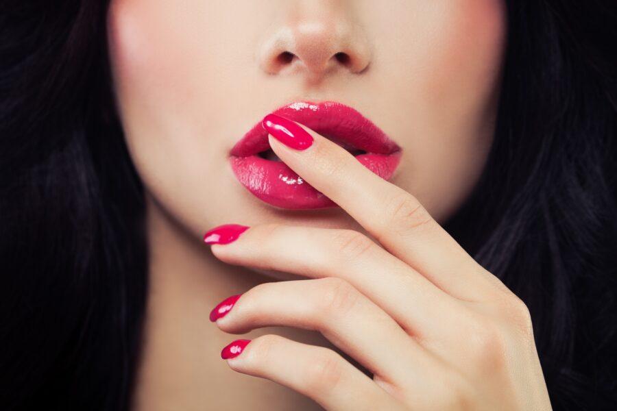 девушка с розовыми губами