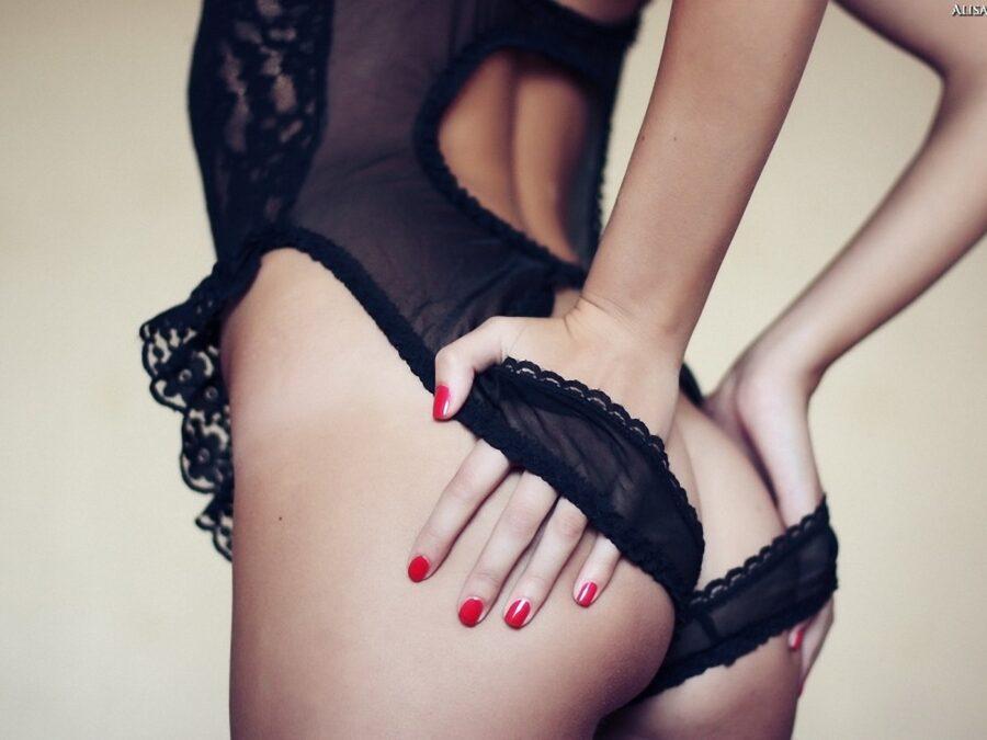 руки девушки на попе