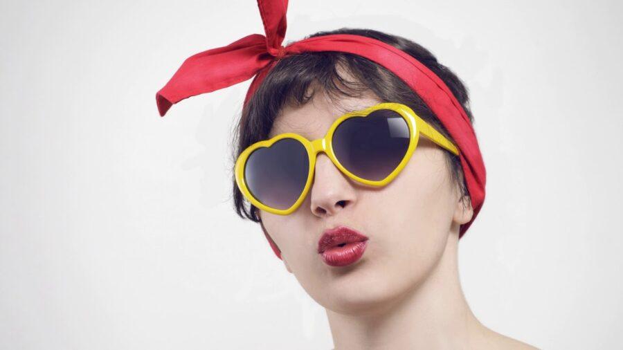 девушка в очках в сердечко