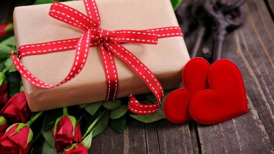 коробка с розами и сердечками