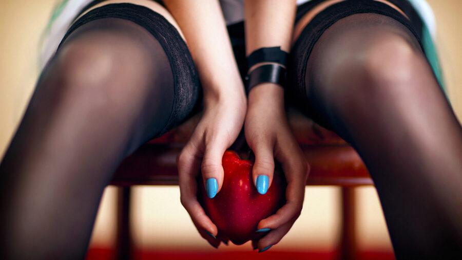 девушка с яблоком между ног
