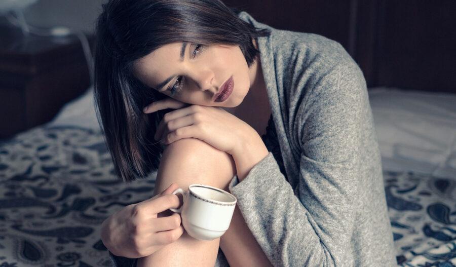 грустная девушка с кофе