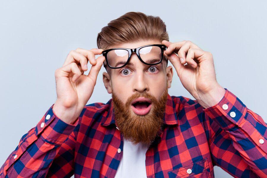 парень поднимает очки