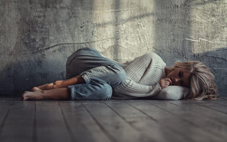 грустная девушка на полу