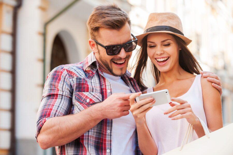 девушка и парень смотрят в телефон