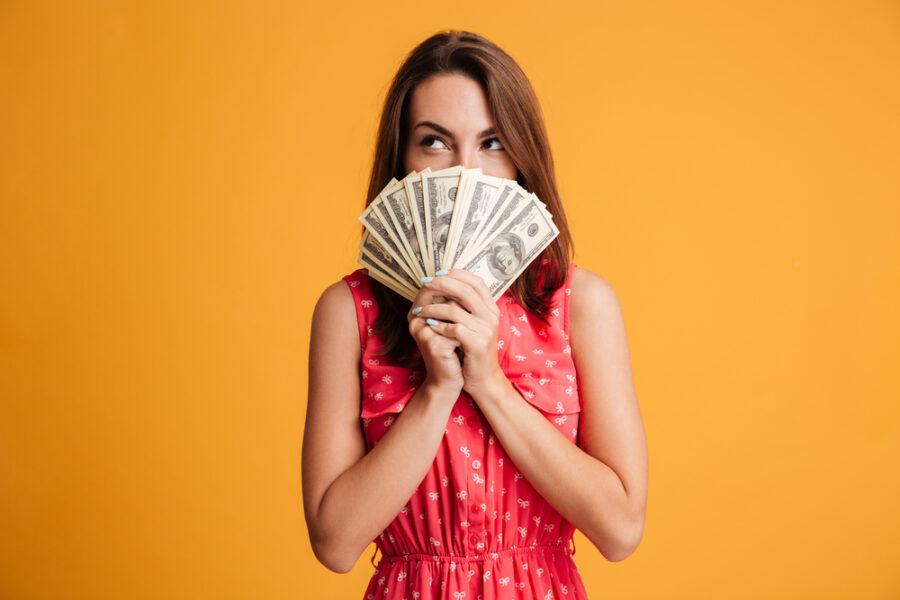 девушка с веером долларов