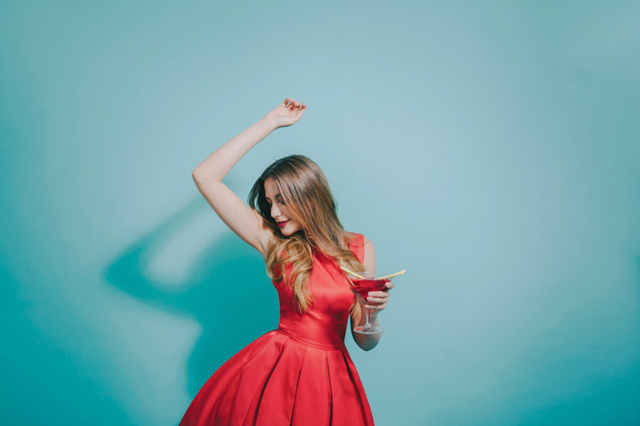 девушка в красном танцует