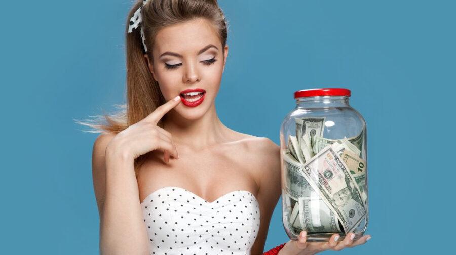 девушка держит банку с деньгами