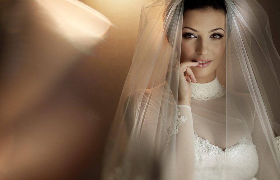 невеста закусывает палец
