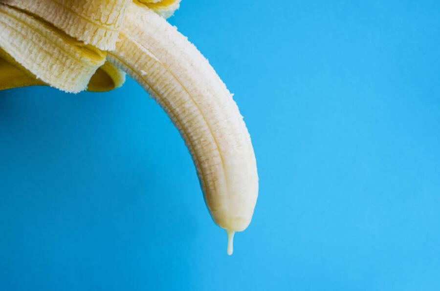 сгущенка стекает с банана