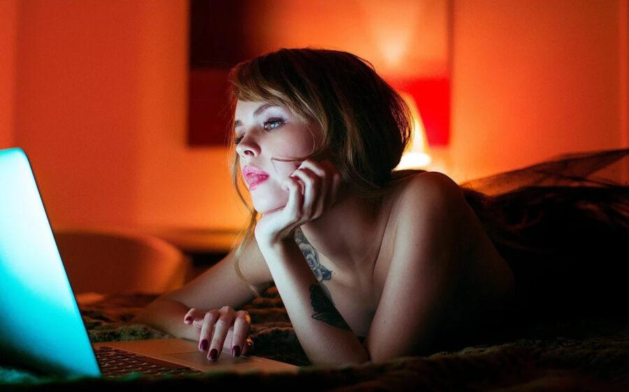 девушка с ноутбуком ночью