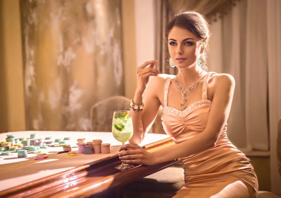 девушка с коктейлем