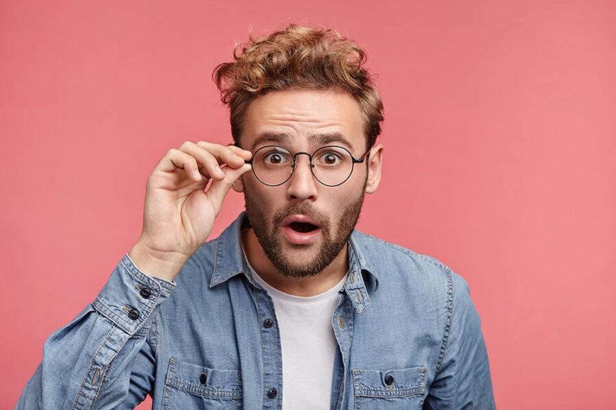 удивленный парень в очках