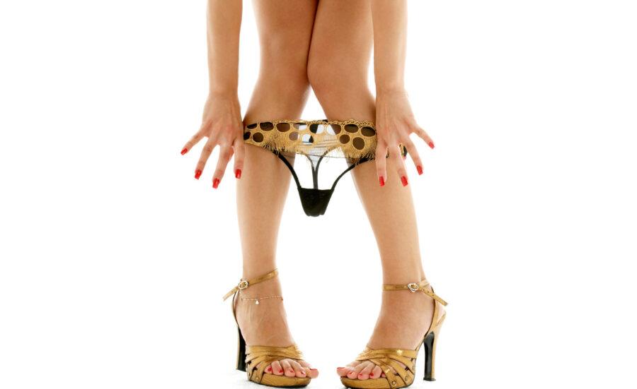 трусики на ногах