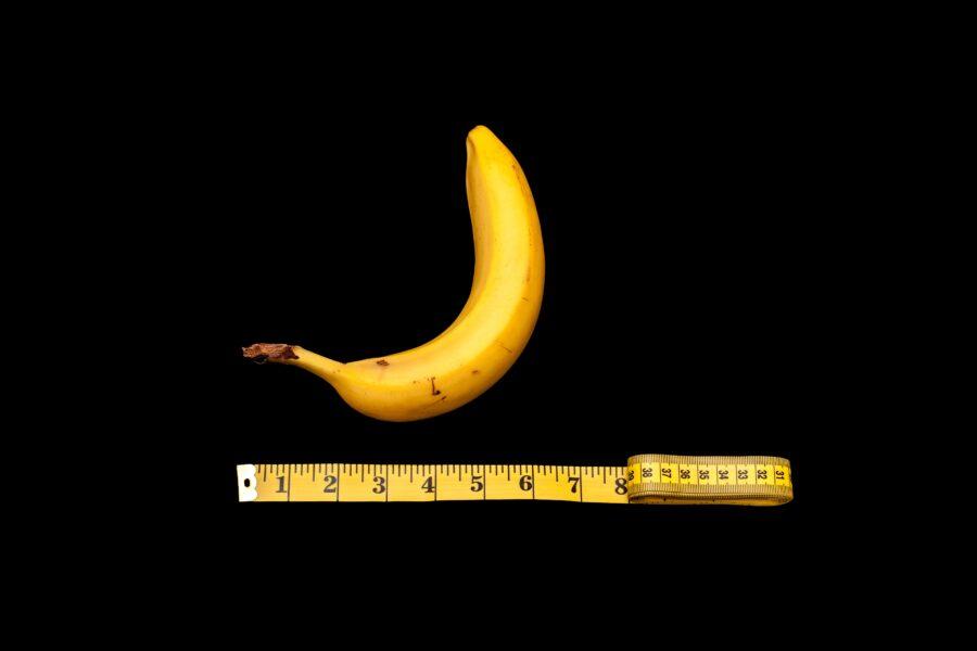 банан и сантиметровая лента