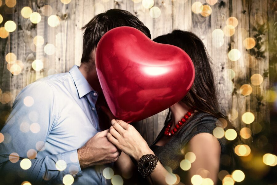 пара с шариком сердечком