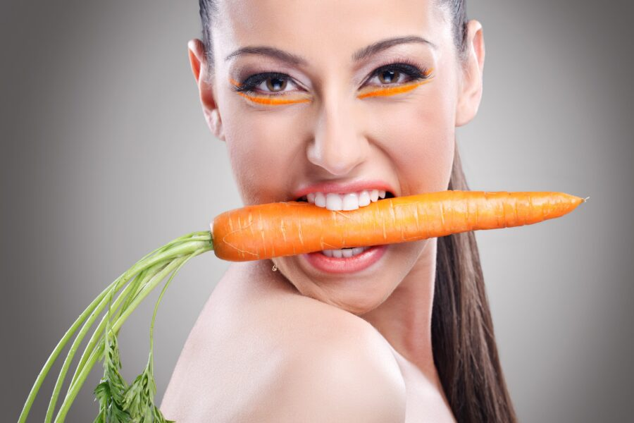 девушка с морковкой во рту