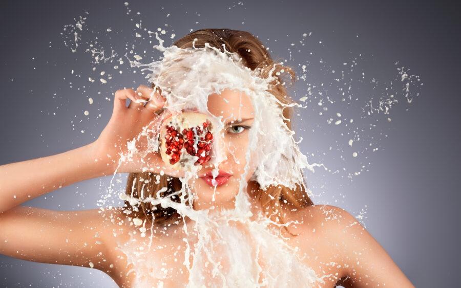 девушка с брызгами молока