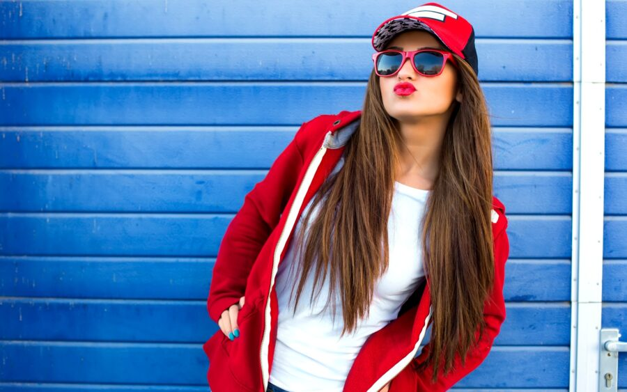 стильная девушка в очках