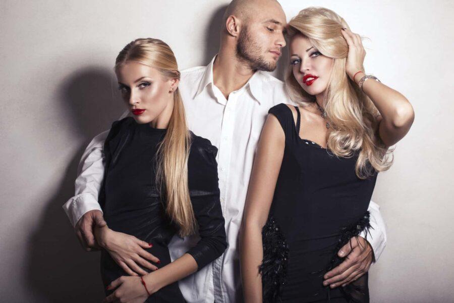 парень флиртует с двумя девушками