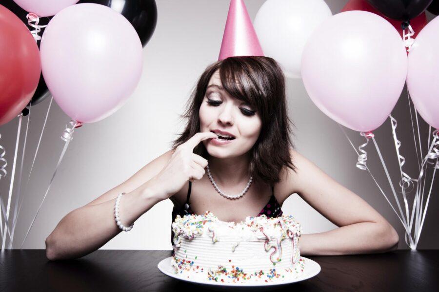 девушка кушает торт