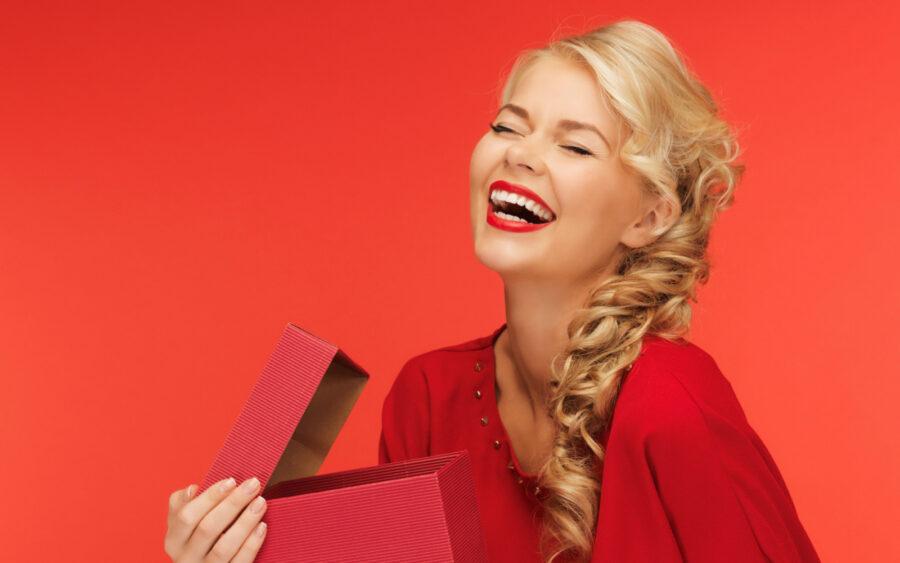 девушка смеется с подарком
