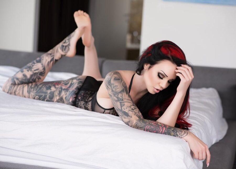 девушка в белье на кровати