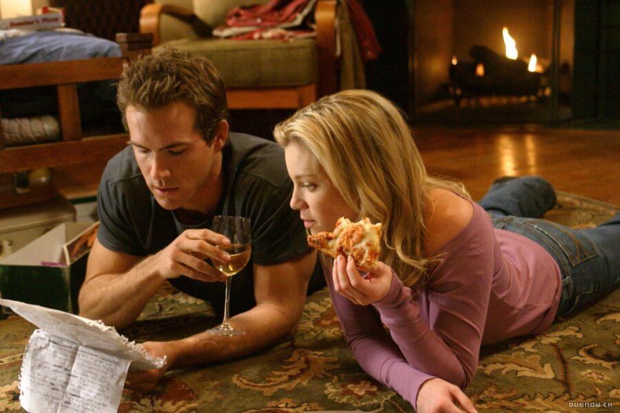 влюбленная пара кушает на полу