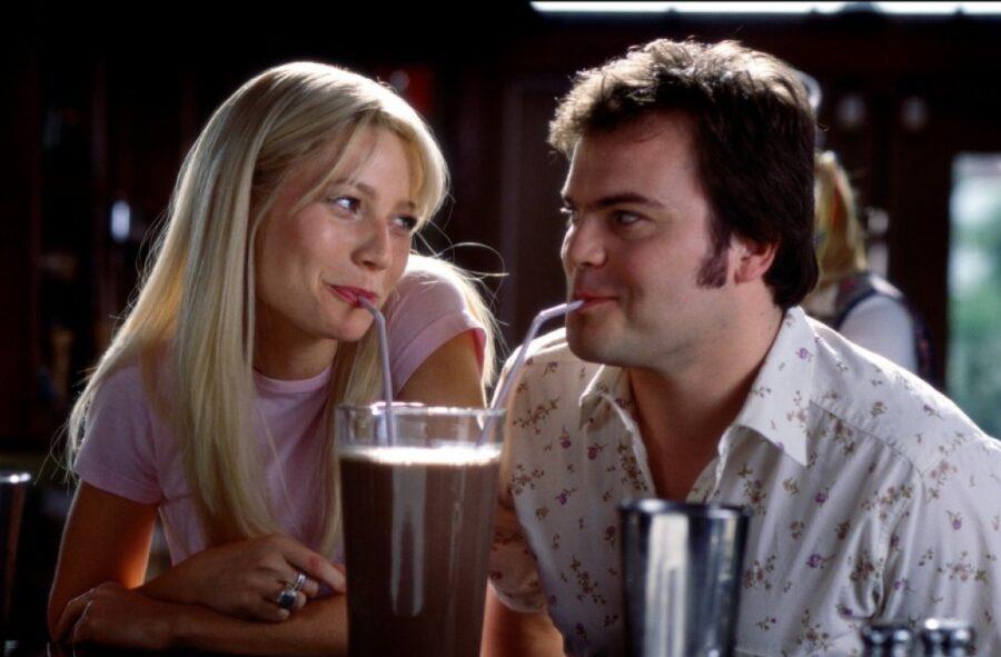 девушка и парень пьют коктейль