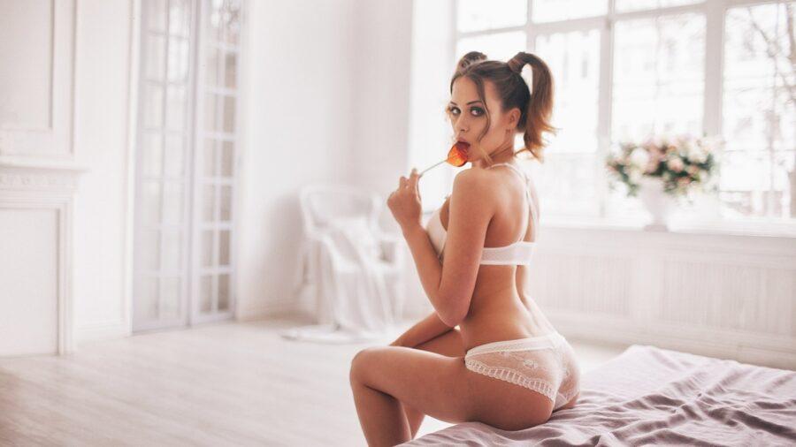девушка с леденцом на кровати