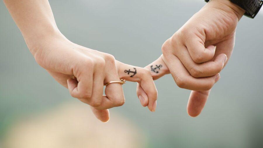 пара держится за пальчики