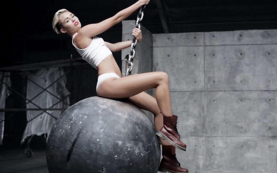кадр из клипа Miley Cyrus, «Wrecking Ball»