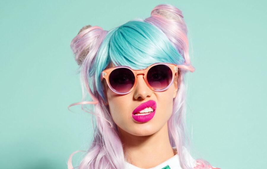 яркая девушка в очках