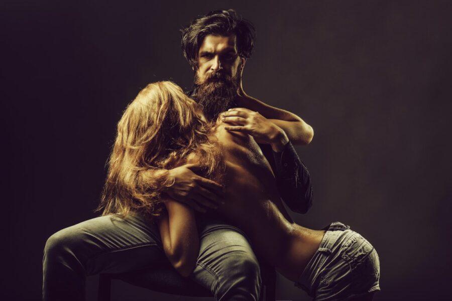 сексуальная девушка на коленях у парня