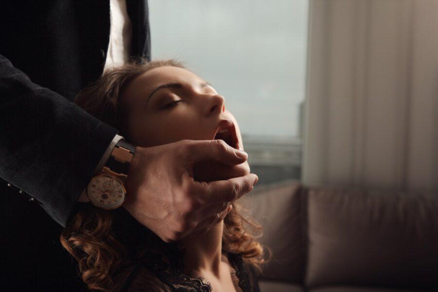 мужчина открыл рот девушке
