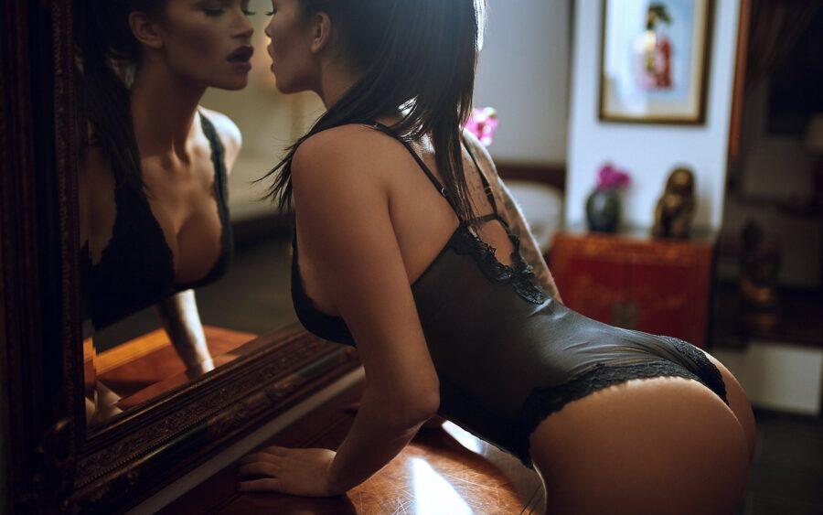 брюнетка в белье у зеркала