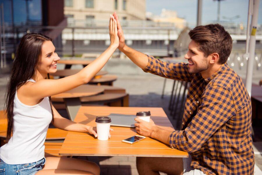 парень и девушка дают пять друг другу