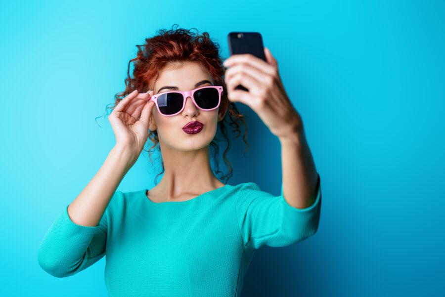 красивая девушка с телефоном