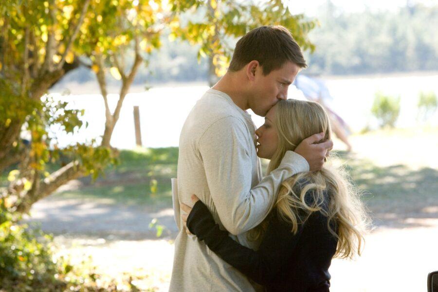 влюбленная пара обнимается