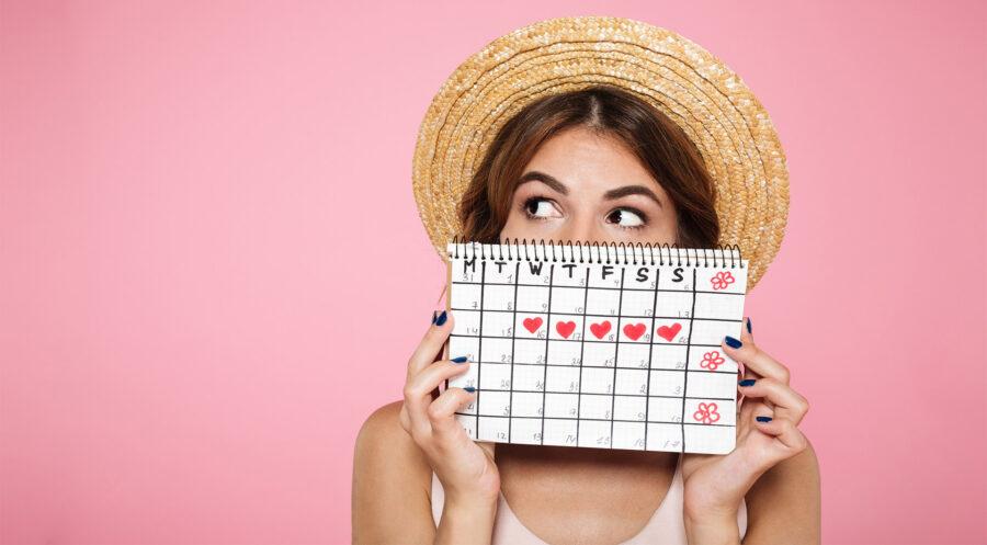 девушка держит женский календарь
